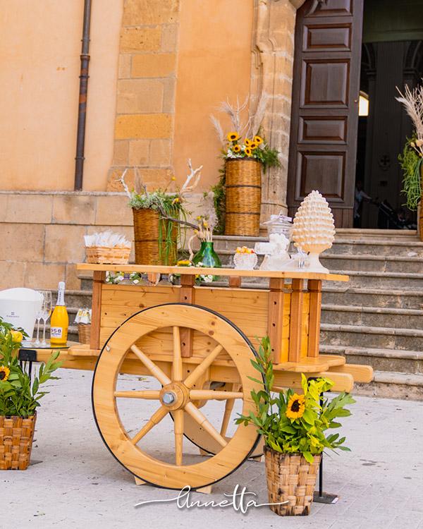 In questa foto un carretto siciliano diventa un allestimento per nozze uniche