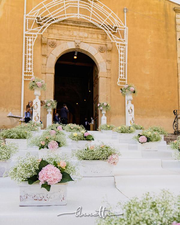In questo scatto la scalinata bianca di una chiesa arricchita da delicate composizioni floreali