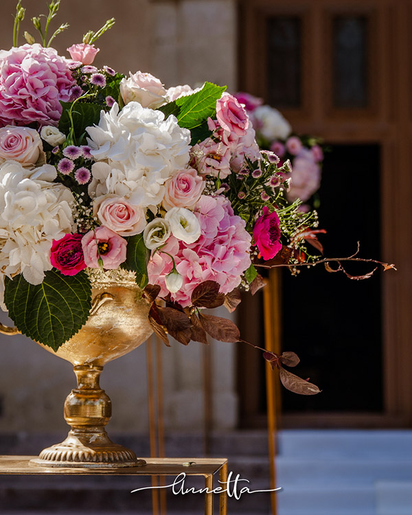 In questa foto degli eleganti allestimenti dai toni del rosa a cura di Annetta Diamoci delle Arie