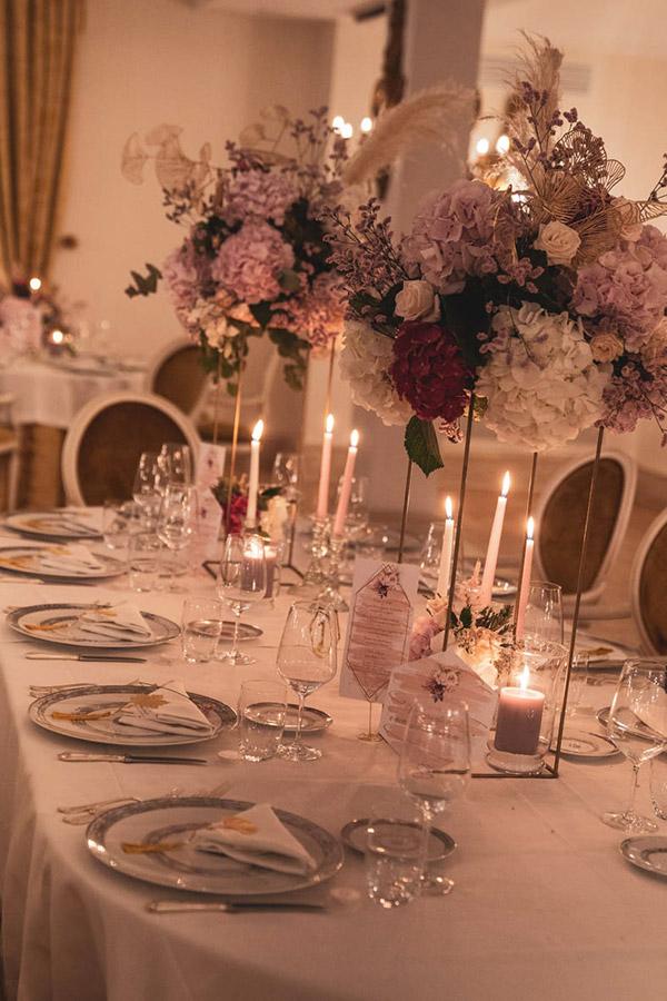 In questa foto un elegante mise en place per nozze uniche firmata da Annetta Diamoci delle Arie