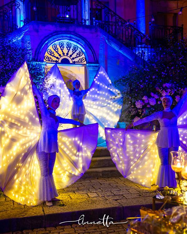In questa foto delle ballerine intrattengono gli ospiti in un ricevimento di nozze