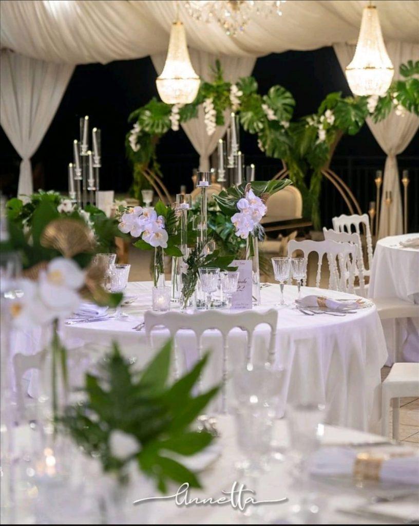 In questa foto un allestimento total white per un matrimonio firmato da Annetta