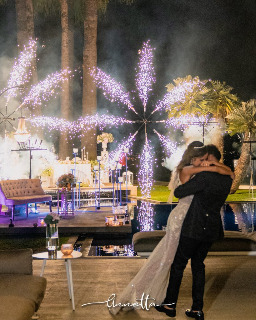 In questa foto una coppia di sposi posa durante il ricevimento di nozze