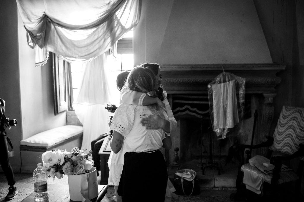 In questa immagine l'abbraccio tra la sposa e la floreal planner.