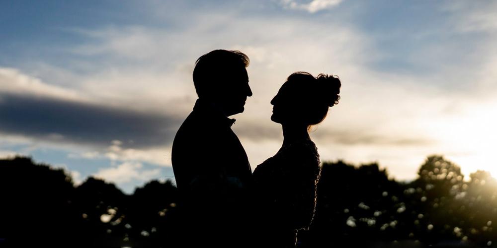 Una coppia di sposi al tramonto, nelle nozze firmate Giorgia Planner