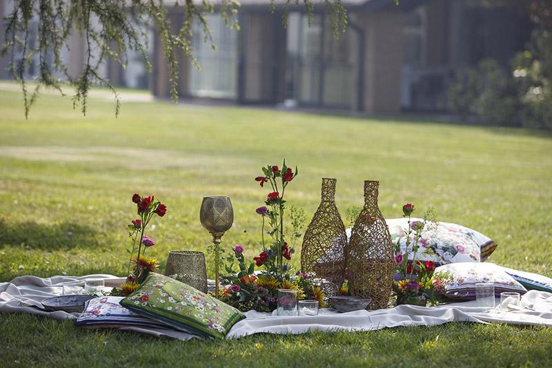 In questa foto l'allestimento di una originale mise en place sul prato per un matrimonio immerso nella natura