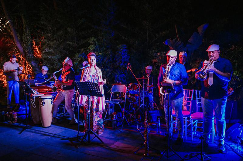 In questa foto un gruppo musicale canta dal vivo alle nozze di Anna e Francesco