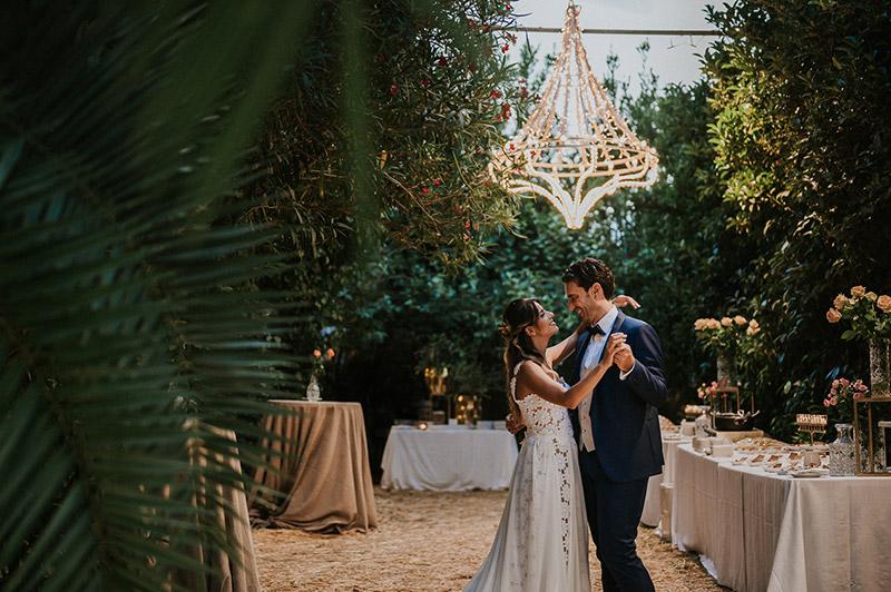 In questa foto il primo ballo degli sposi in una magica location