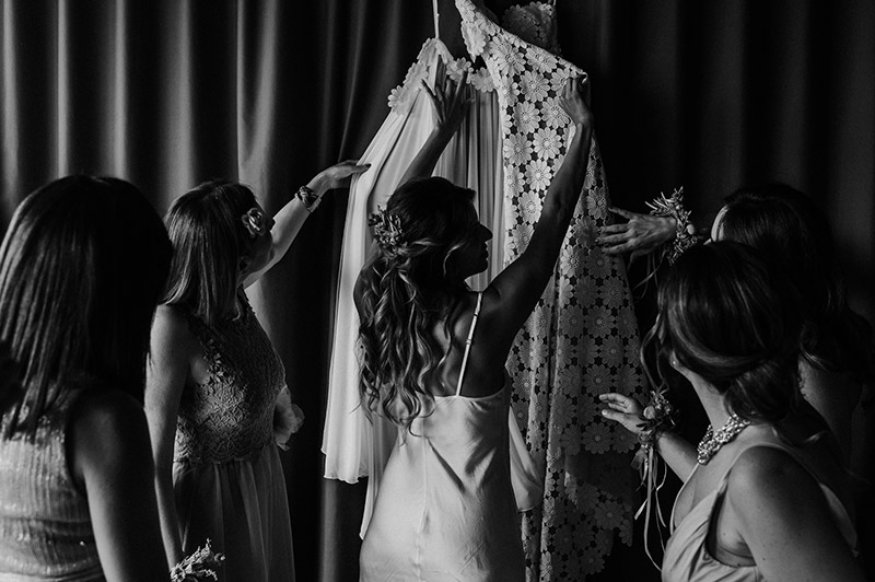 In questa foto la sposa di prepara al grande evento in compagnia delle damigelle