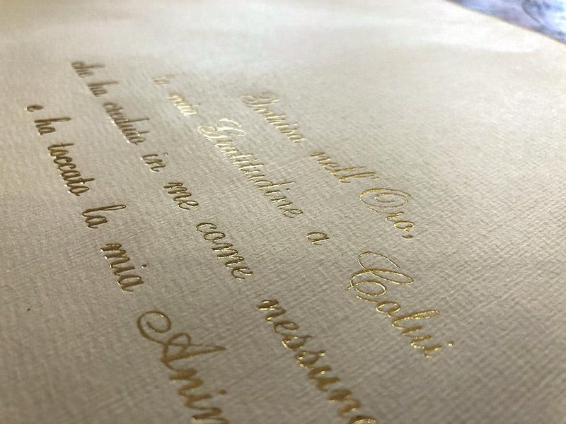 In questa foto un dettaglio oro dei libri bomboniera curati da TIscriviAMO
