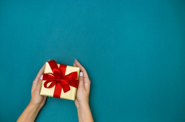 In questa immagine un cadeau de mariage con nastro rosso