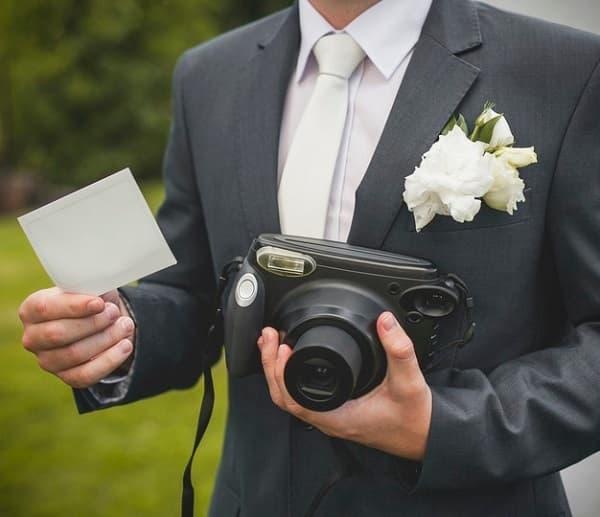 Nella foto, un fotografo di matrimonio in azione