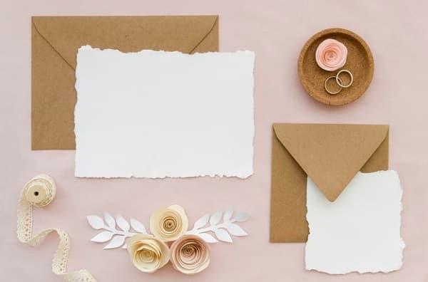 Nella foto, due esempi di partecipazioni di matrimonio di formato diverso