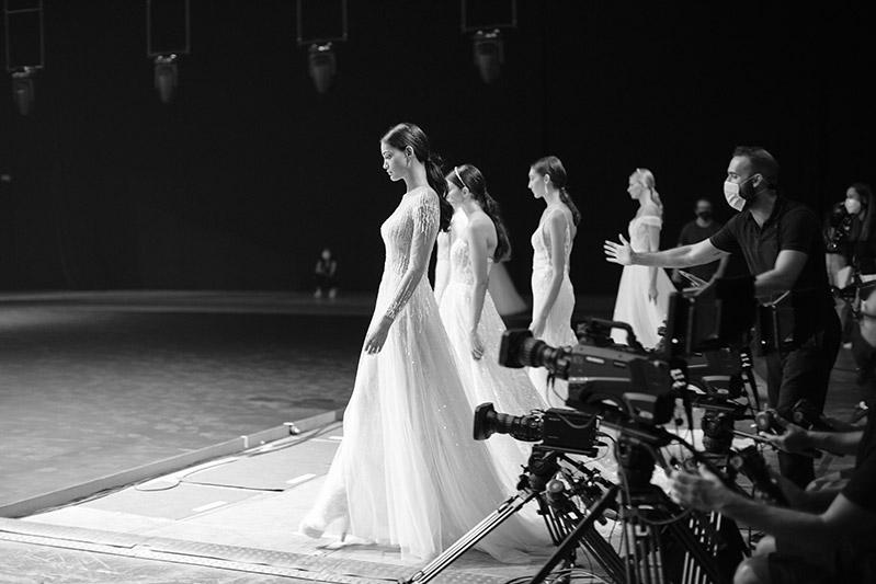 Modelle in abiti da sposa pronte a sfilare sulla passerella della BBFW