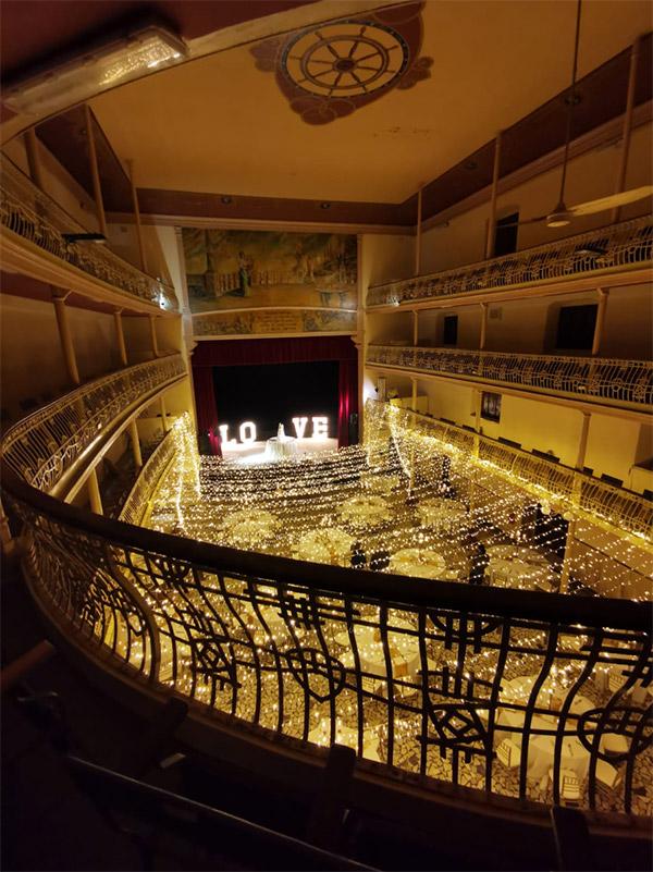 In questa foto il teatro Giuseppe Cavallera allestito per le nozze di Chiara e Francesco