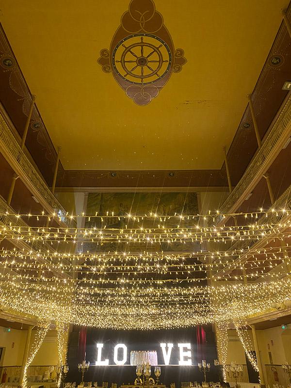 In questa foto l'effetto cielo stellato nelle nozze in teatro by Francesca Pittau