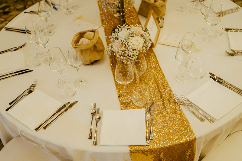Runner in oro scintillante nei tavoli