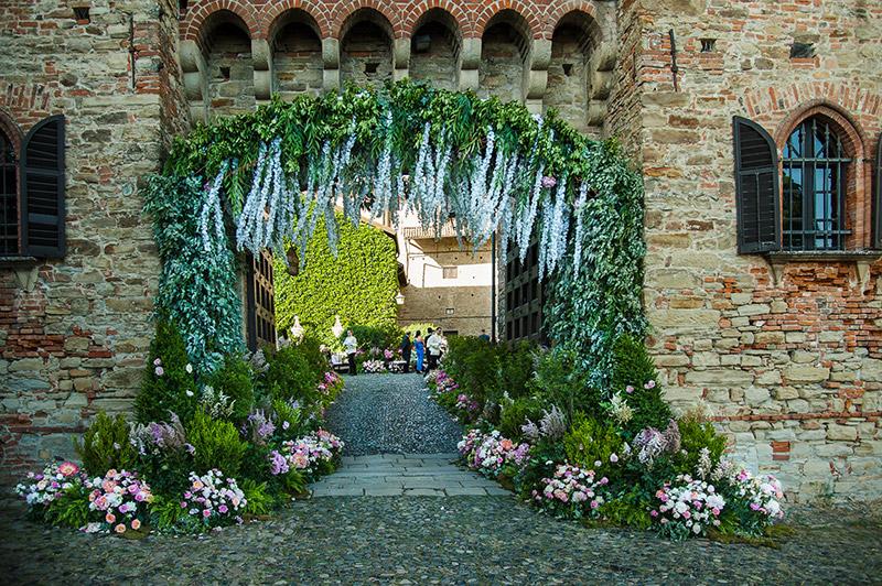 In questa foto  l'ingresso della location con gli allestimenti per le nozze