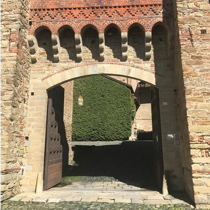 In questa foto l'ingresso di una location storica prima della fase di progettazione