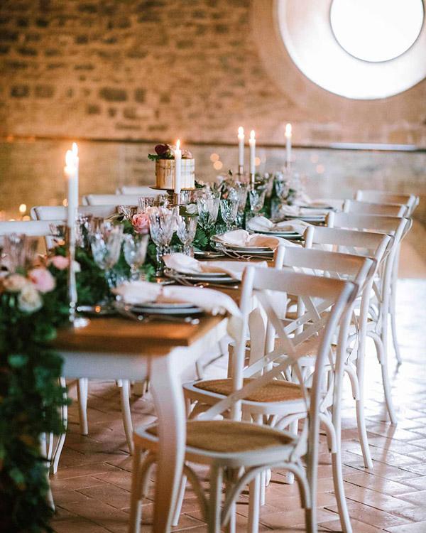 Una sala interna allestita per un matrimonio elegante a Spao Borgo San Pietro