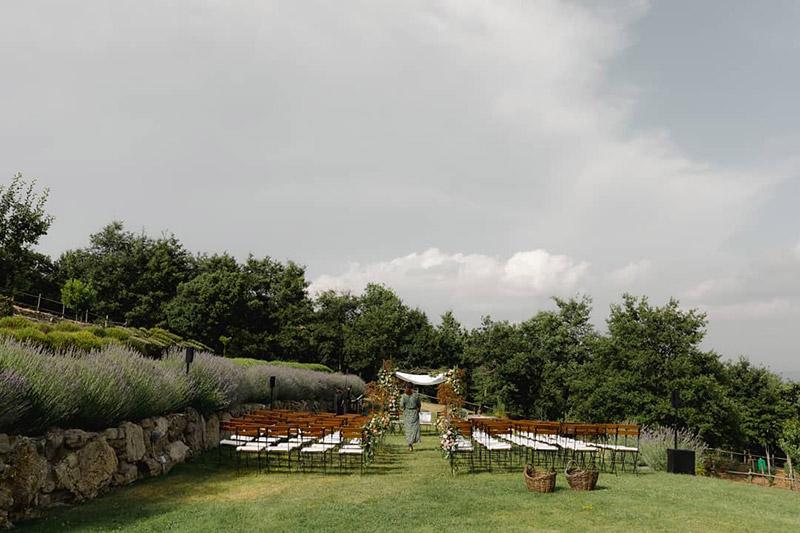 L'esterno di Spao Borgo San Pietro allestito per una cerimonia nuziale all'aperto