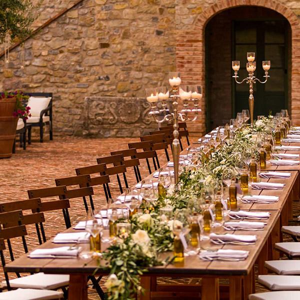 Un tavolo nuziale allestito nel cortile di Spao Borgo San Pietro