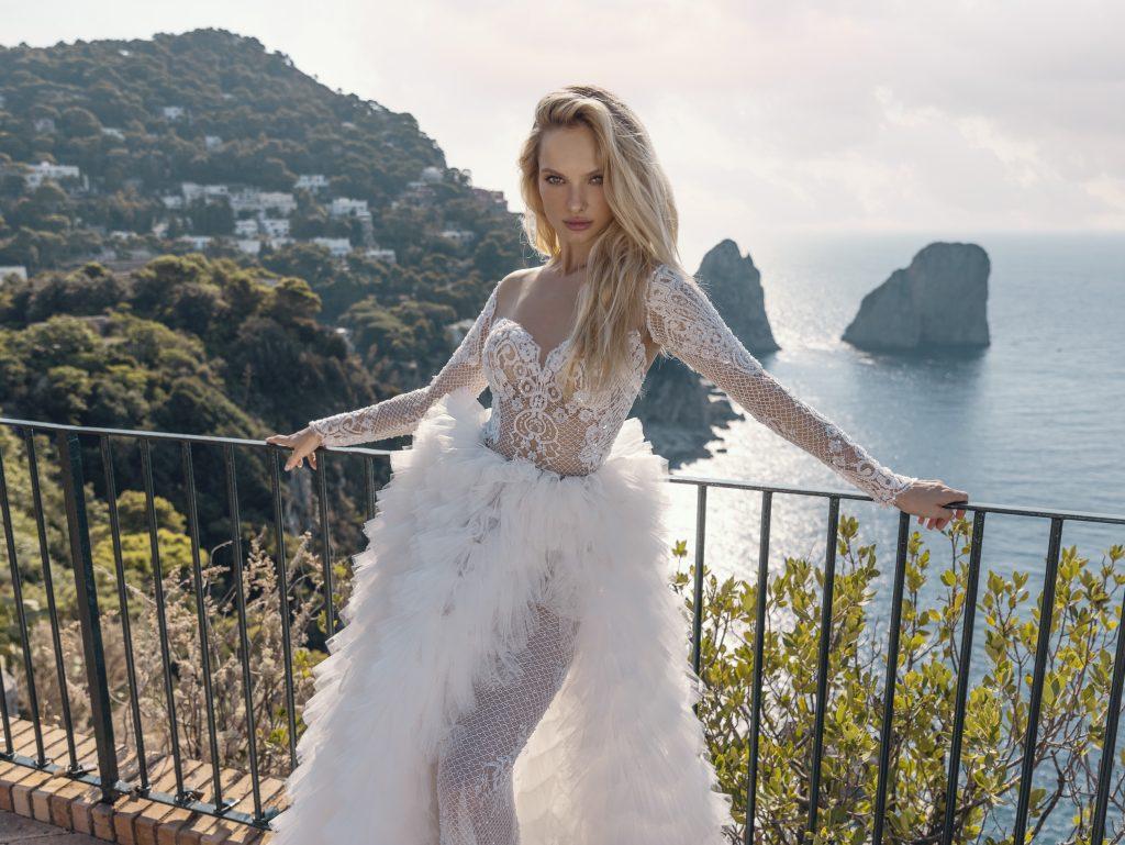 In questa foto un modello di abiti da sposa Michela Ferriero 2022 con una sopra gonna in morbide rouches