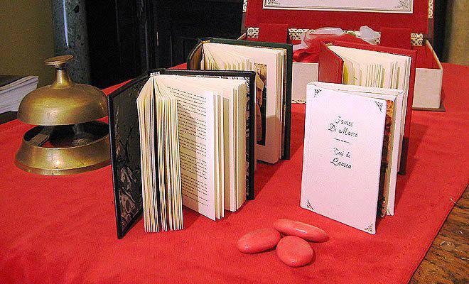 In questa foto una selezione di libri bomboniera TIscriviAMO