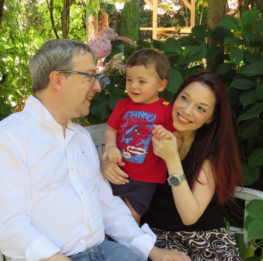 In questa foto la scrittrice Lavinia Pinello con il marito Andrea ed il figlio Ettore.
