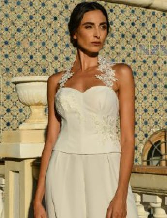 In questa foto un abito da sposa Palermo con pantaloni di Benedetta Laboratorio Moda