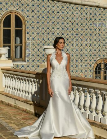 In questa foto un abito da sposa con scollo all'americana di Benedetta Laboratorio Moda