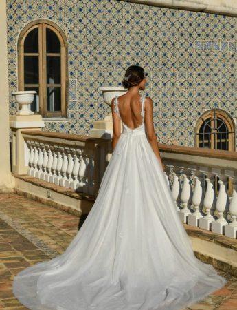 In questa foto un abito da sposa Palermo ampio con scollo sulla schiena di Benedetta Laboratorio Moda