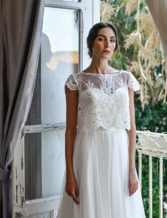 In questa foto un abito da sposa Palermo con crop top di Benedetta Laboratorio Moda