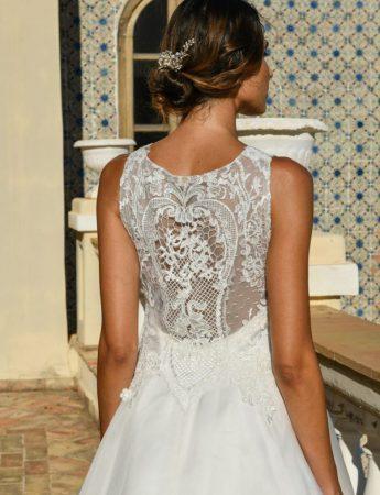 In questa foto un abito da sposa Palermo con decori in pizzo macramè di Benedetta Laboratorio Moda