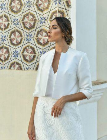 In questa foto un abito da sposa Palermo con giacca di Benedetta Laboratorio Moda
