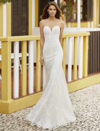 In questa foto un abito da sposa Palermo a sirena con scollo a cuore Magazzini D'Amico