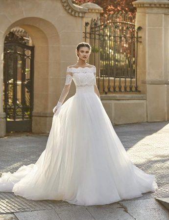 In questa foto un abito da sposa Palermo ampio con scollo a barchetta Magazzini D'Amico