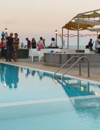 In questa foto la zona piscina con vista mare