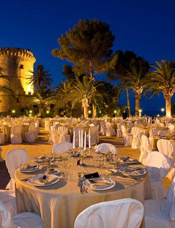 In questa foto un ricevimento nuziale serale al Castello di San Nicola