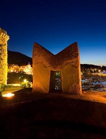 In questa foto una visione dall'alto del Castello di San Nicola durante una sera d'estate