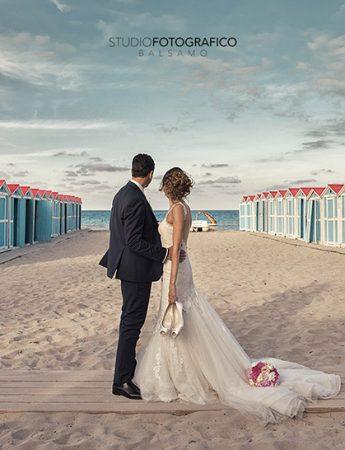 In questa foto una coppia di sposi sulla spiaggia di Mondello, in un servizio dello Studio Fotografico Balsamo