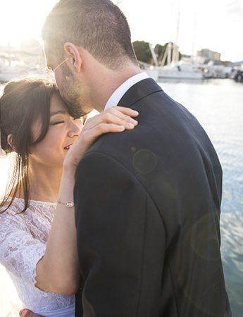 Lo sposo bacia in fronte la sua sposa: una foto spontanea