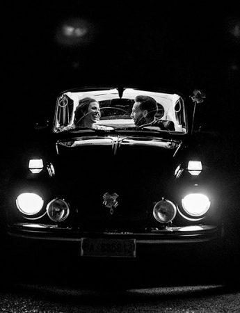 Foto in bianco e nero, sposi in auto