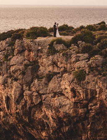 Sposi su una scogliera
