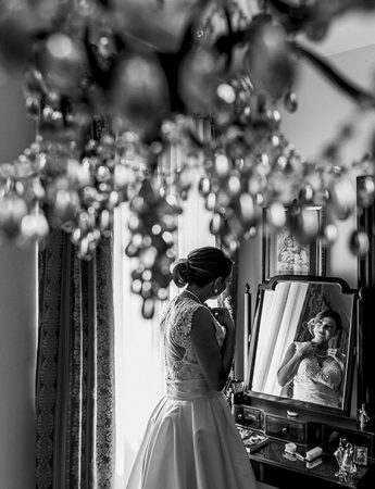 La sposa davanti a uno specchio, scatto in bianco e nero