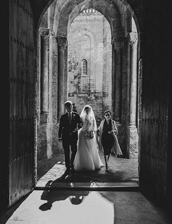 La sposa con i genitori all'ingresso della chiesa