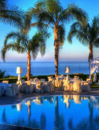 Matrimonio a bordo piscina, con vista mare