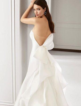 In questa foto un abito in mikado con fiocco posteriore strutturato di Atelier Emè