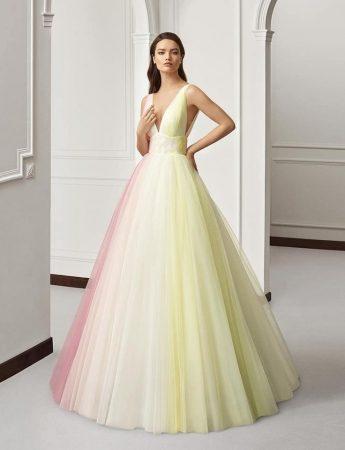 In questa foto un abito da sposa principessa in tulle multicolor giallo, bianco e rosa di Atelier Emè