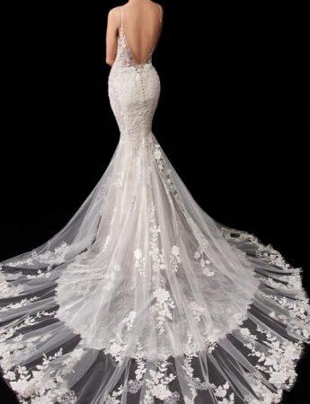 In questa foto un abito da sposa a sirena visto dal retro con coda in pizzo trasparente ed ampia scollatura sulla schiena di Enzoani